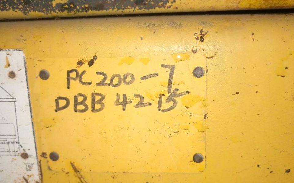 小松挖掘机PC200-7_2004年出厂9857小时